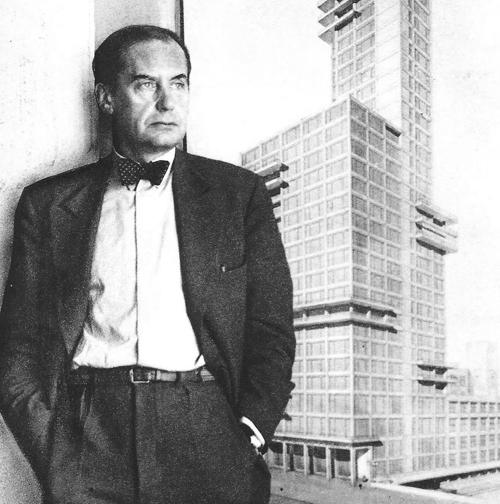 Gropius frente a su propuesta para el concurso del Chicago Tribune Tower, 1922.