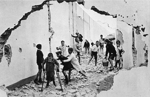 cartier-bresson-children-playing-ruins