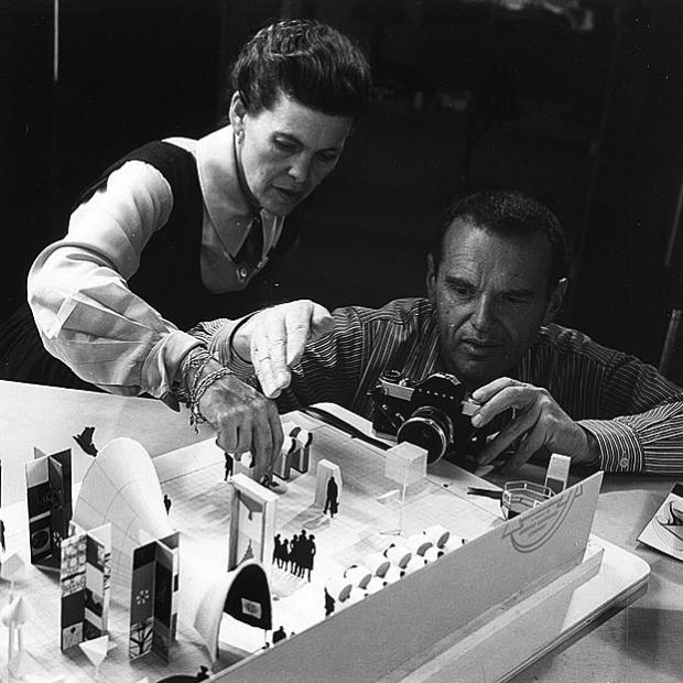 Charles y Ray Eames en maqueta Exposición Matemática