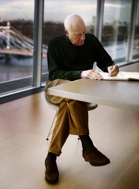 Norman Foster en su estudio frente al Támesis