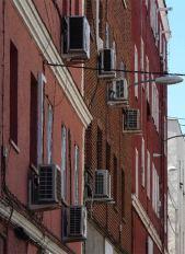 Aparatos de aire acondicionado, cables y tuberías en fachadas. Foto el País