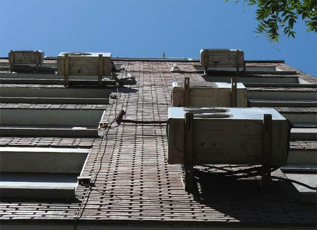 Aparatos de aire acondicionado colgados sin ningún orden en una fachada. Foto El País