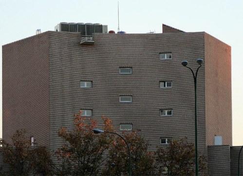 Aparatos de aire acondicionado en la coronocación del edificio CSIC de Fisac. Foto El País